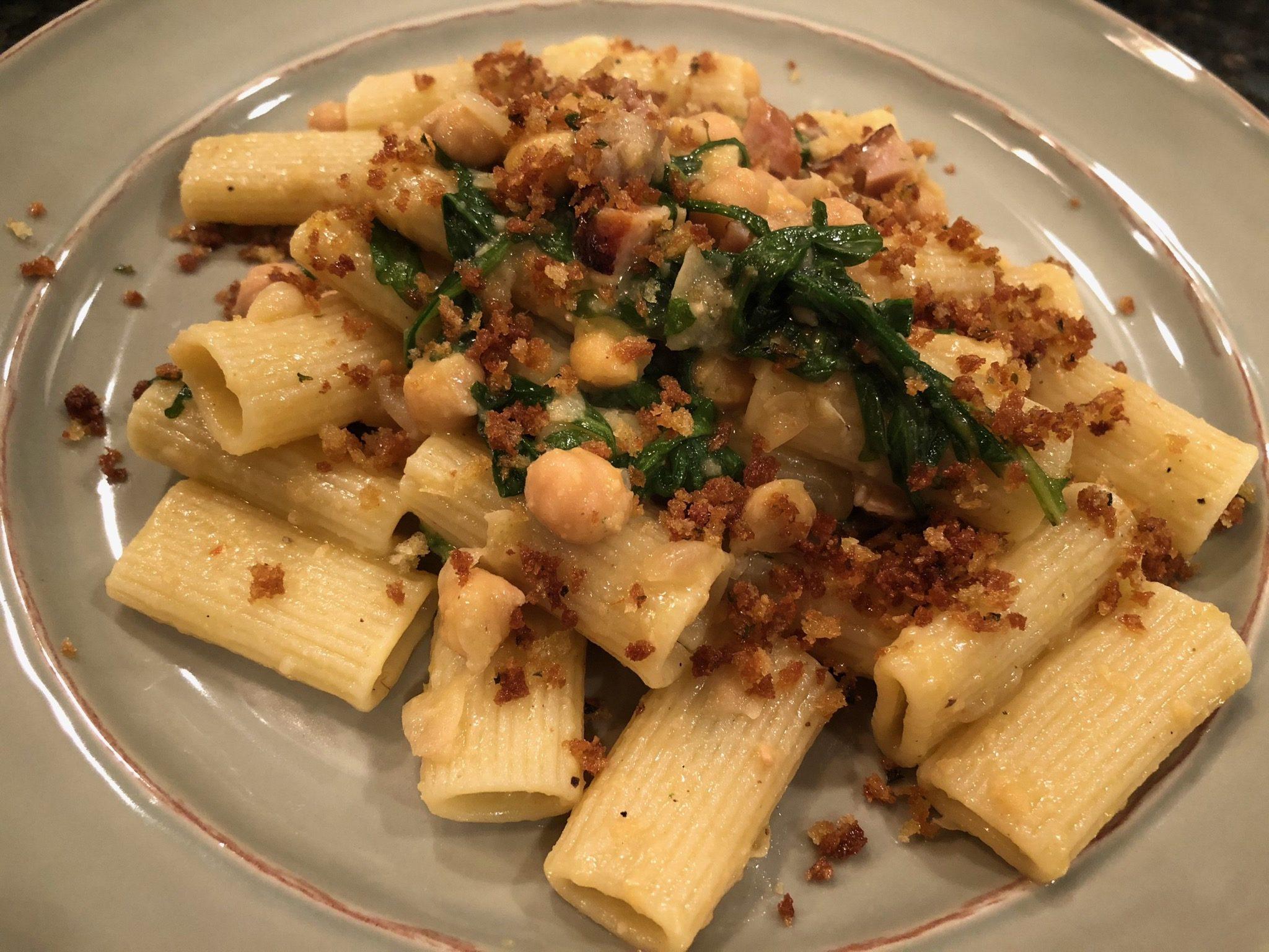 Rigatoni pasta with cece and rucola